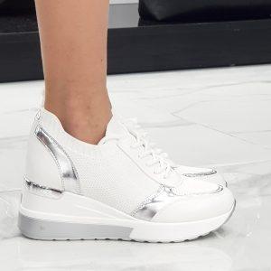 Sneaker zeppa intera. Il tacco misura cm 6. La composizione è di tessuto elasticizzato con lacci regolabili. Il colore è bianco.