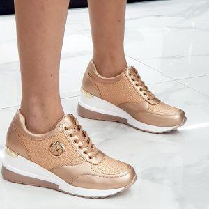 Sneaker stringata para alta, dotata di applicazioni gold sul lato esterno, il colore è champagne la composizione è in simil pelle.